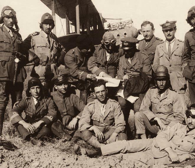 Χειριστές και προσωπικό εδάφους της Ναυτικής Αεροπο- ρικής Υπηρεσίας μπροστά από ένα Airco De Havilland D.H. 9, στο Ουσάκ το 1921. Οι χειριστές που είχαν εκπαιδευτεί στη Μ. Βρετανία έφεραν κεντητό διακριτικό ιπταμένου του R.F.C. (αρχείο Μουσείου Ιστορίας Πολεμικής Αεροπορίας).